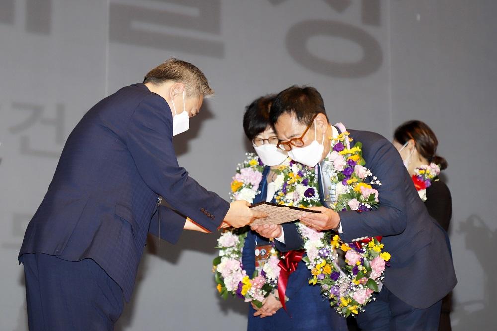 1 개막식8-예술상 반상철(건축) 이옥란(무용) (2).jpg